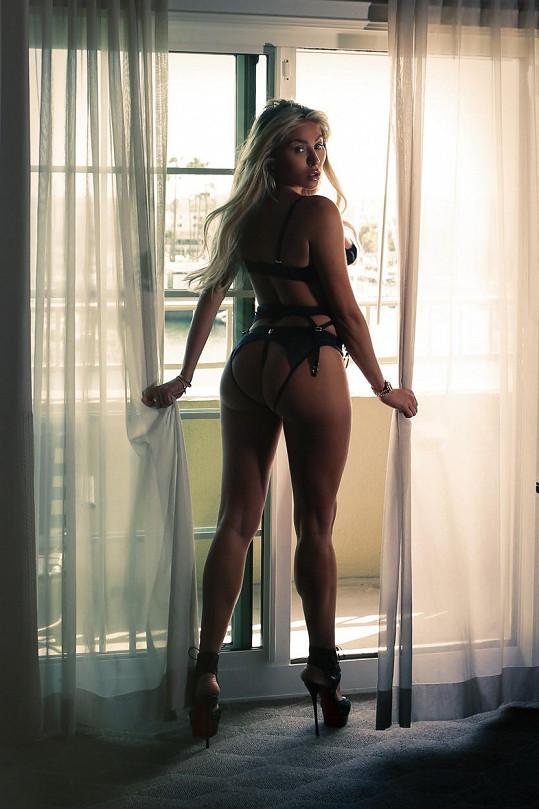 Modelka pózovala v prádélku pro pánský časopis.