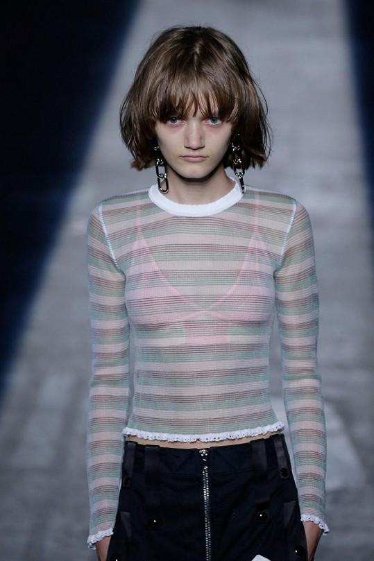 Kolekci předváděla i nezdravě vypadající sedmnáctiletá Peyton Knight.