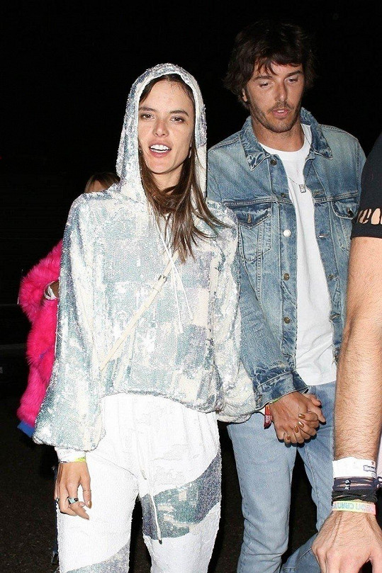 Modelka se snažila zakrýt mokrý flek rukama a držet přítele za sebou.