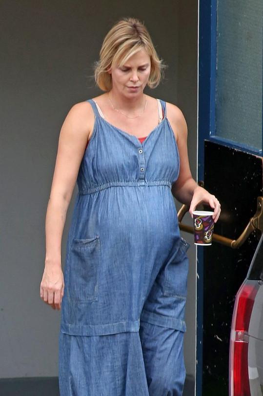 O víkendu natáčela s těhotenským bříškem.