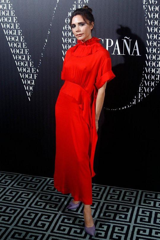Victoria Beckham si potrpí na outfity, které ji dost zahalují.