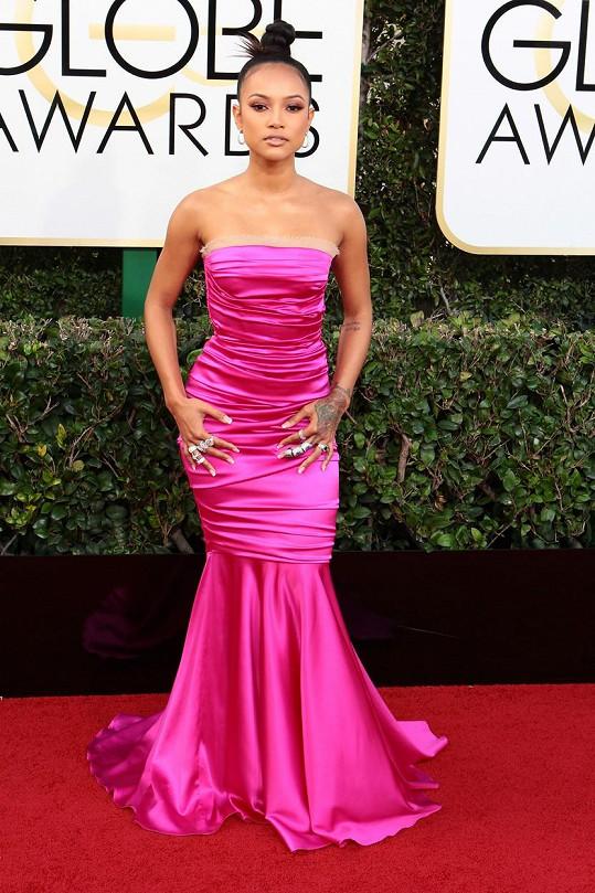 Šaty jako z maturitního plesu. Bývalka Chrise Browna Karrueche Tran zvolila model ze saténového hedvábí od Dolce & Gabbana. V kombinaci s výrazným obutím od Dsquared2, kýčovitými šperky a světskou manikúrou vypadala velmi levně.