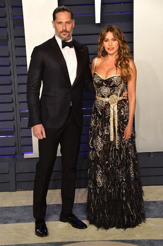 Sofia Vergara dorazila na prestižní Vanity Fair Oscar Party po boku manžela Joea Manganiella.