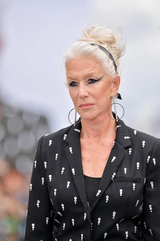 Make-up svou extravagancí přeměnil herečku téměř na Lady Gaga.