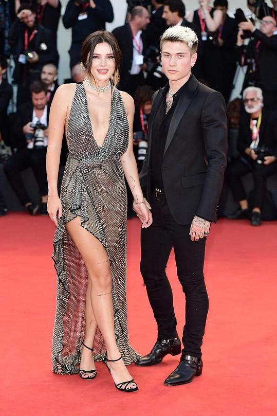Zároveň je herečka v otevřeném vztahu se zpěvákem Benjaminem Moscolou.