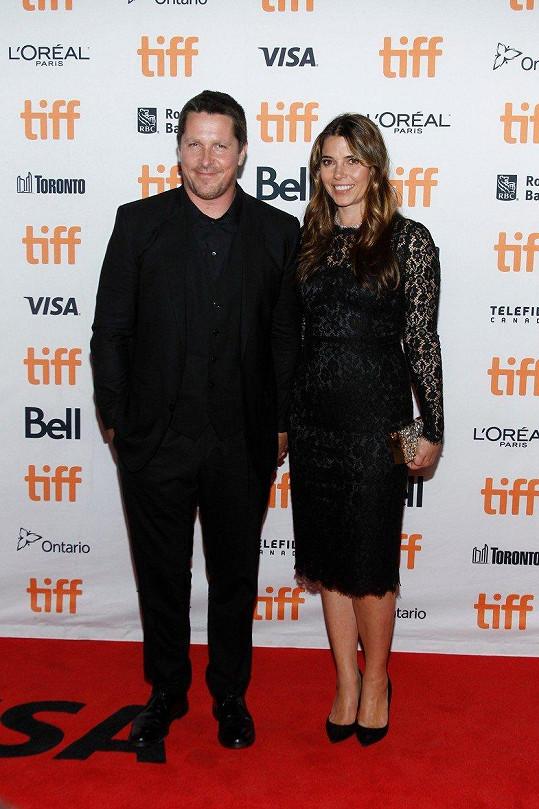 Christian Bale s manželkou na festivalu v Torontu
