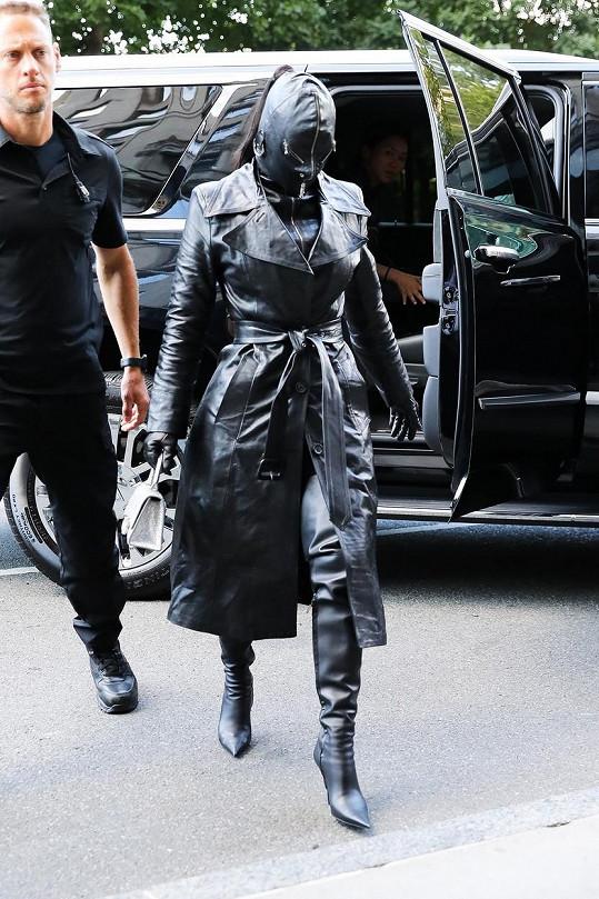 Kim Kardashian dorazila do New Yorku v celokoženém modelu.
