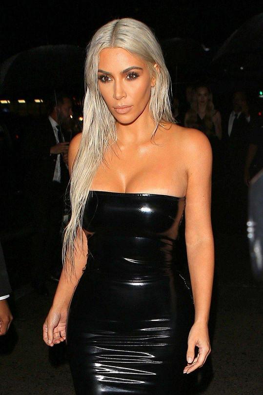 Jako platinová blondýna v latexových šatech navštívila Kim módní přehlídku návrháře Toma Forda.