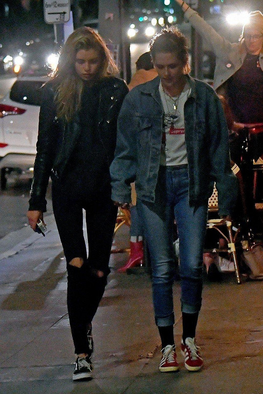 Herečka Kristen Stewart spolu se svojí partnerkou, modelkou Stellou Maxwell, vyrazily ve společnosti několika přátel do nočních ulic Hollywoodu.