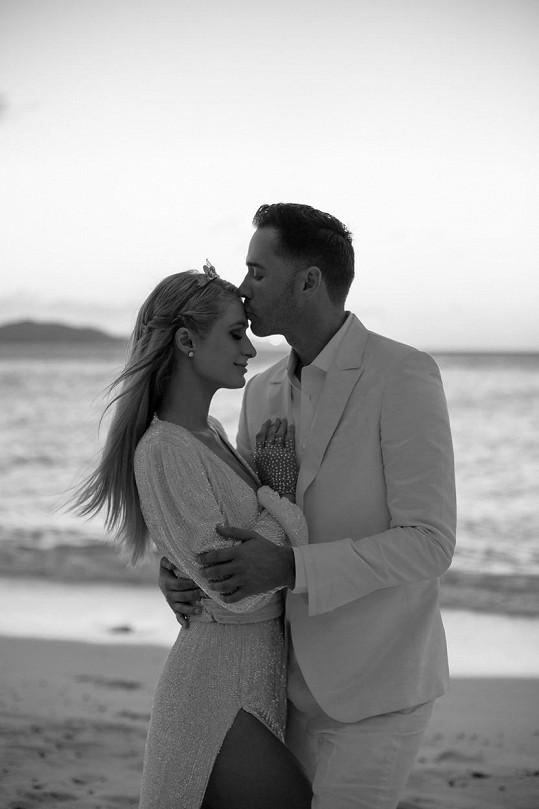 Zasnoubili se při oslavě jejích kulatin.