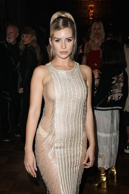 Na sobě měla model od stejného návrháře, který pořádal přehlídku.