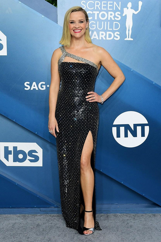 Neměří ani 160 centimetrů, a tak Reese Whiterspoon dobře ví, jak důležitý je střih šatů. Tato černá tuba Celine od Hediho Slimaneho ji úžasně opticky prodlužuje. Zásluhu na tom má jednak samotný střih šatů, ale i rozparek.