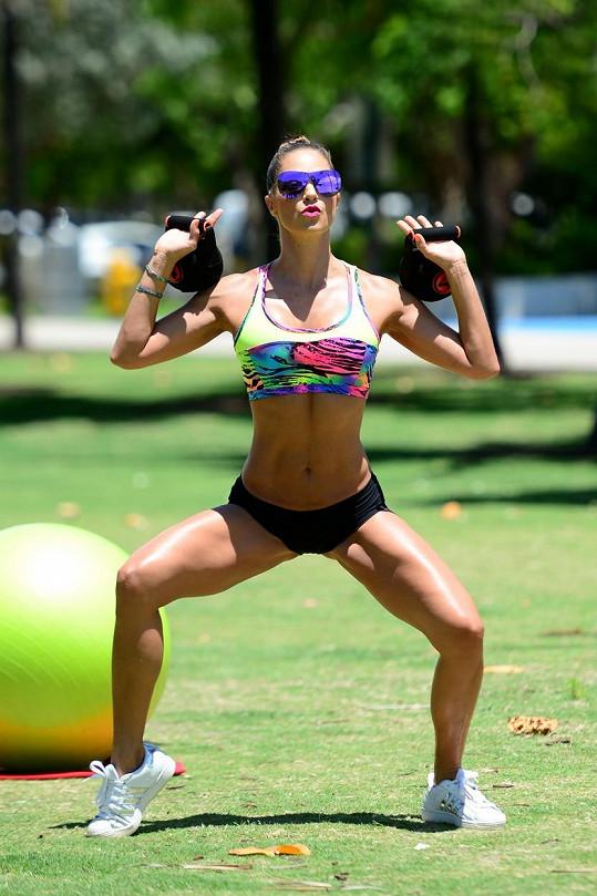 Jennifer Nicole Lee funguje jako fitness trenérka.