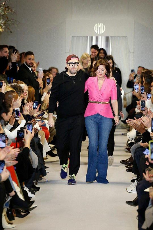 Návrhář Brandon Maxwell s maminkou v záběru své módní show na newyorském fashion weeku