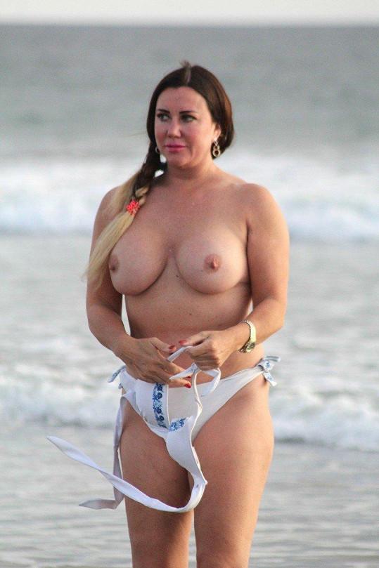 Lisa Appleton se svlékla na pláži.