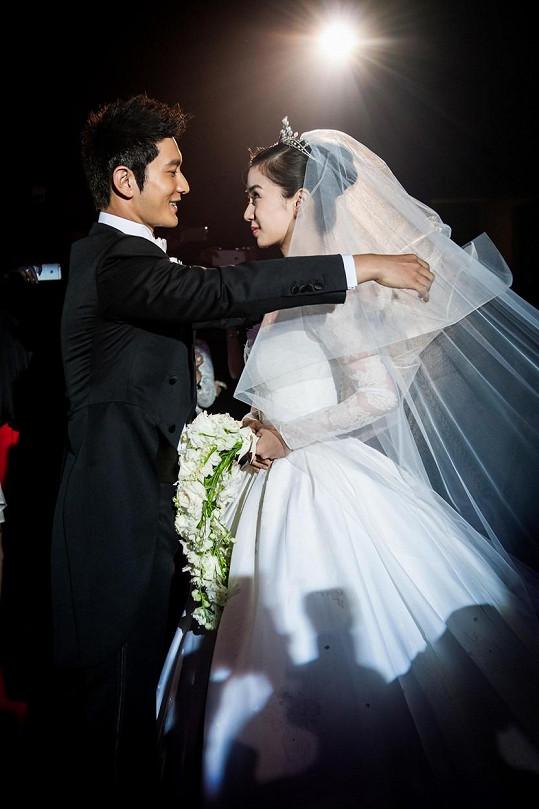 Svatby se zúčastnily dva tisíce hostů, zbytek Číny ji sledoval přes internet.