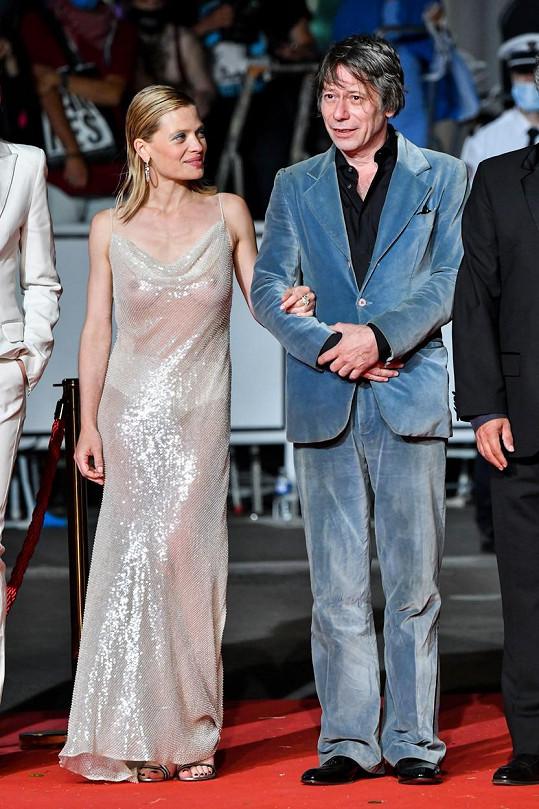 Šaty si herečka vysloužila veškerou pozornost fotografů, i když vedle ní stál slavný kolega Mathieu Amalric.