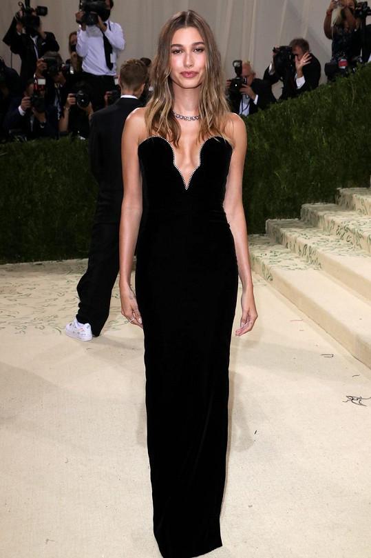Hailey Bieber oblékla šaty od módního domu Saint Laurent.