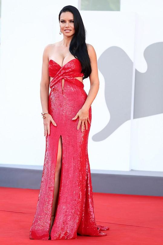 Adriana Lima zaujala bujným dekoltem v sexy šatech.