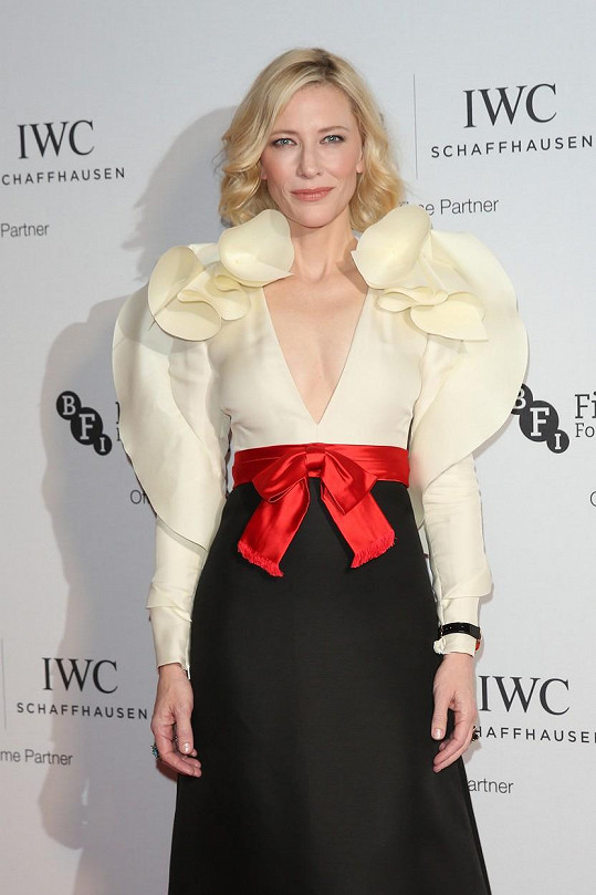 Blanchett na společenských akcích vypadá tak báječně, že by jí blížící se padesátku nikdo nehádal.