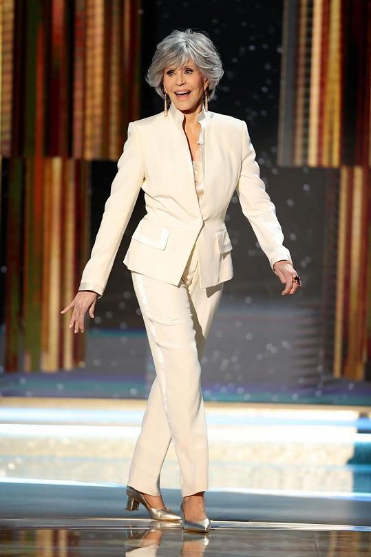 Oceněná Jane Fonda vypadala v bílém kostýmku úchvatně.