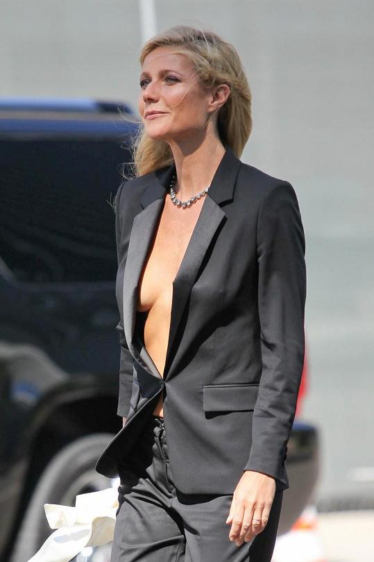 Ani Gwyneth Paltrow si pod sáčko nebere podprsenku.