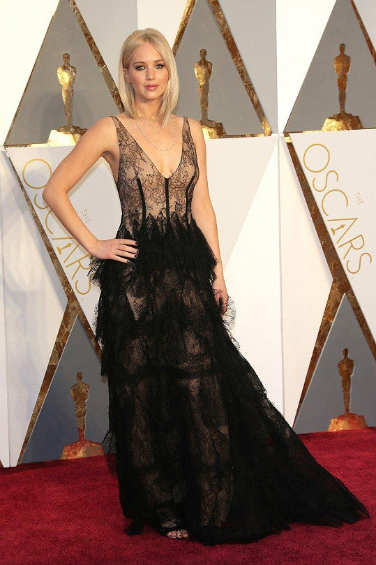 Tentokrát se švadlena inspirovala modelem Jennifer Lawrence.