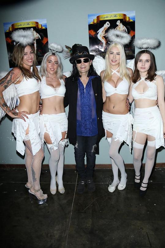 Corey Feldman se svými andílky, mezi nimi i partnerkou Courtney Anne (druhá zprava)