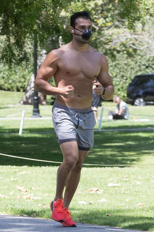 Fitness trenér je ve skvělé formě.