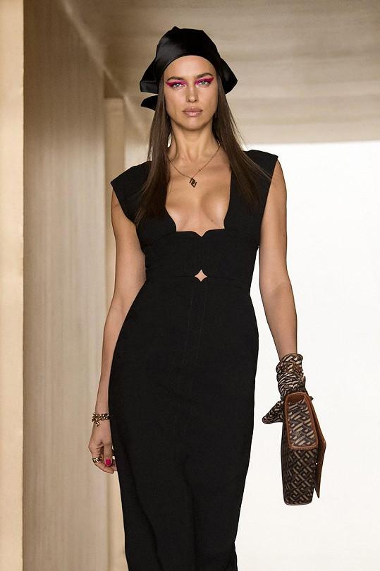 Na přehlídce Versace zářila také Irina Shayk.