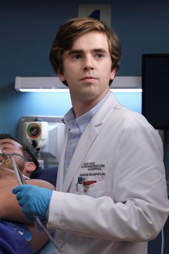 Aktuálně Highmore září v seriálu Dobrý doktor.