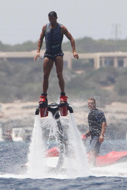 Ronaldo si vyzkoušel flyboarding.