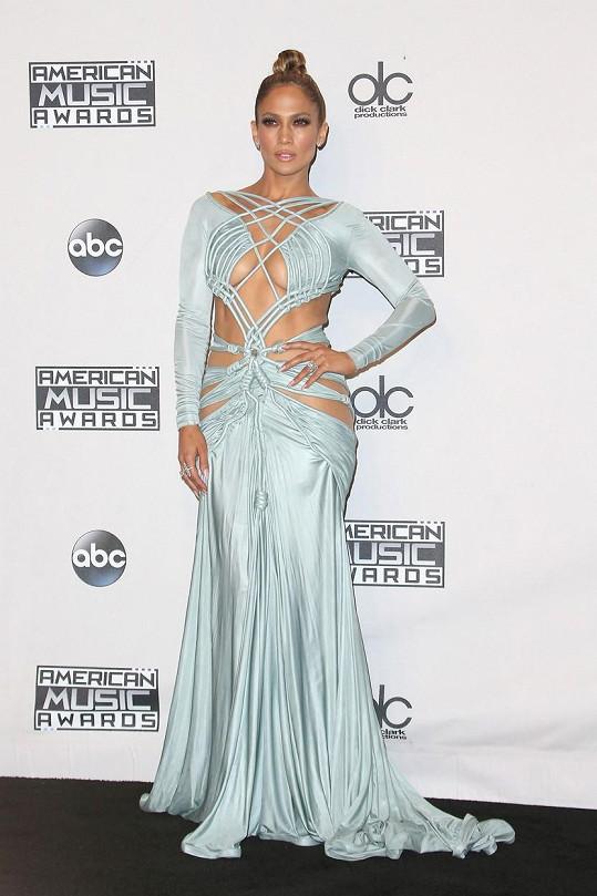 Jennifer zazářila v odvážných šatech.