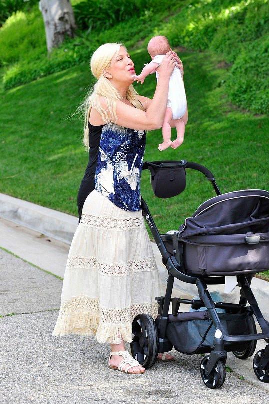 Tori Spelling je zasloužilou matkou. Beau Dean je její pátý potomek.