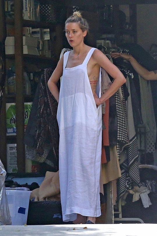 Amber Heard oblékla volné bílé šaty.