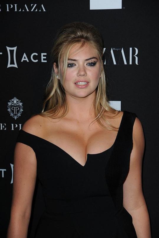 Korunu tomu Kate nasadila rozmazanou řasenkou.