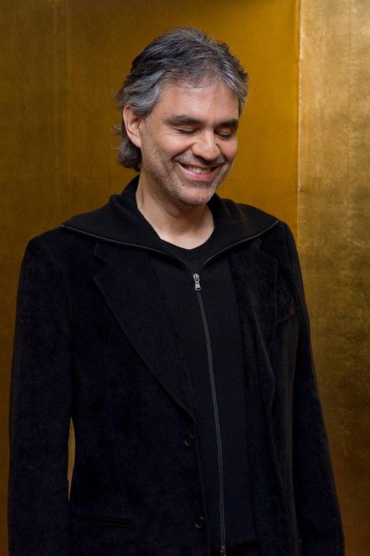 Nevidomý operní pěvec Andrea Bocelli spadl ve čtvrtek z koně a poranil si hlavu.