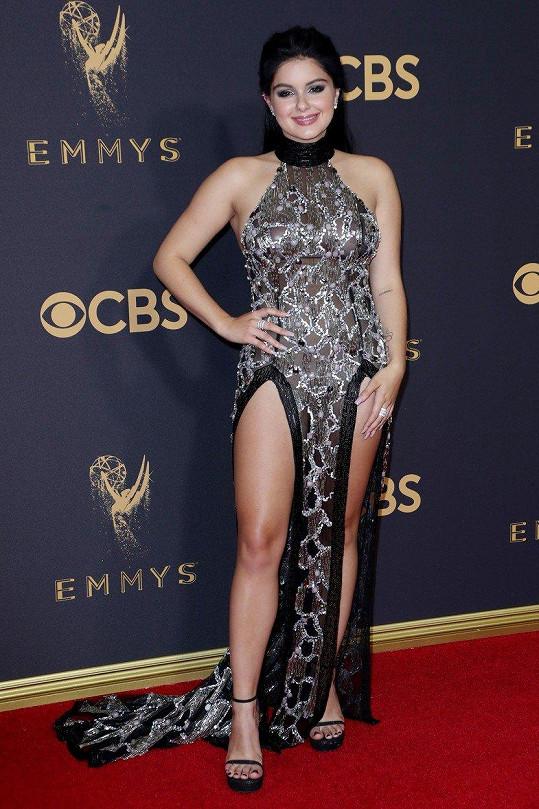 Za šaty na Emmy Ariel sklidila hodně kritiky.