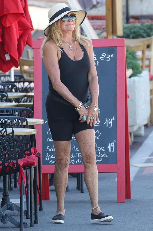 Cyklistické šortky jsou stále hitem, kterému propadla i Goldie.