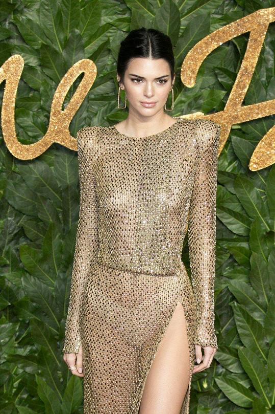 Kendall se odvážných modelů rozhodně nebojí.