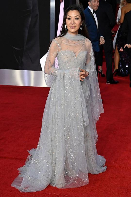 Michelle Yeoh vynesla šaty značky Elie Saab.