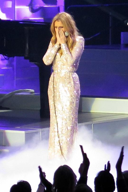Céline Dion byla dojatá z ovací vestoje hned po první písni.