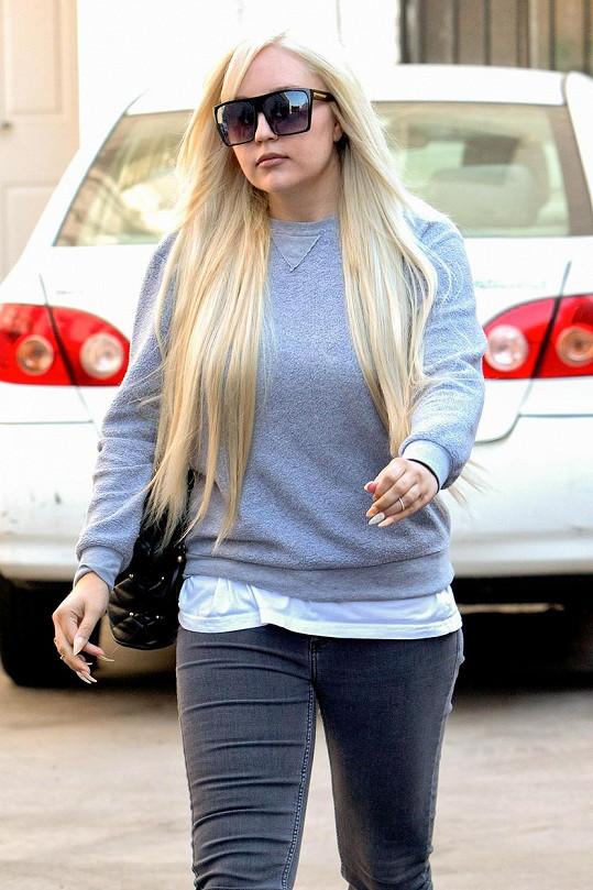Bynes nyní nosí dlouhé blond vlasy a na veřejnosti téměř nesundává brýle.