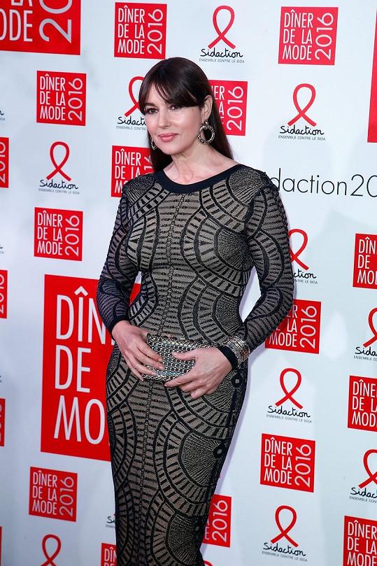 Monica Bellucci zazářila v těsných šatech.