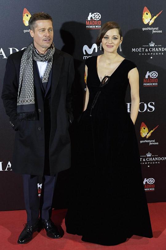 Těhotná Marion a rozvádějící se Brad na premiéře v Madridu