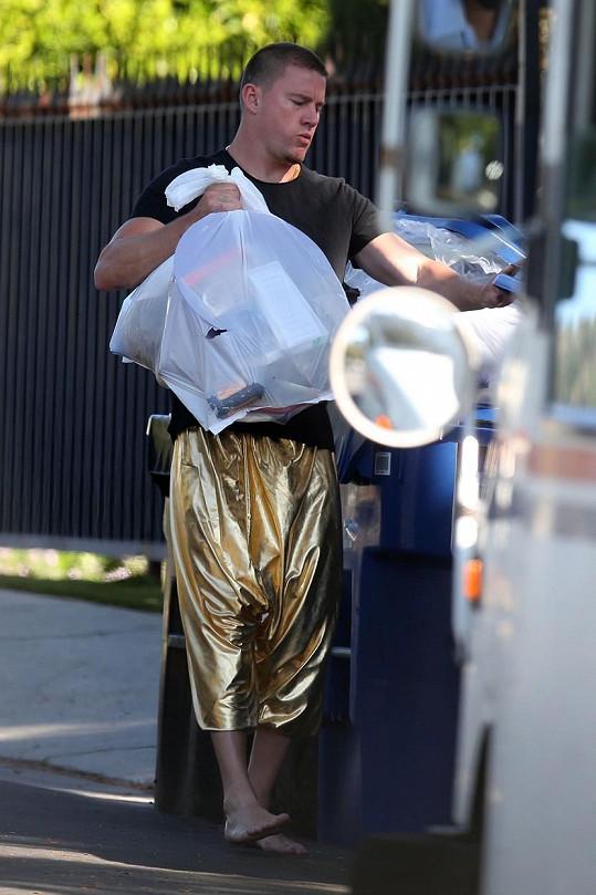 Channing vyběhl na ulici naboso a ve zlatých kalhotách.