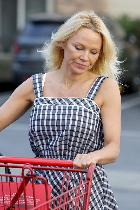 Pamela Anderson už neukazuje prsa.