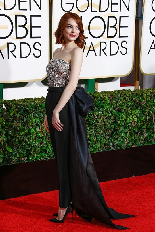 Emma Stone šla proti pravidlům a oblékla kalhotový model od Lanvinu. Vzhledem ke své zdobnosti a maxi mašli ale celek vypadal více šik než některé dlouhé šaty.