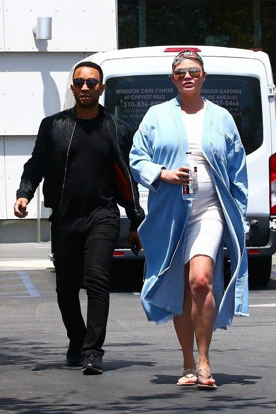 Těsně před porodem se pár vydal na nákupy.