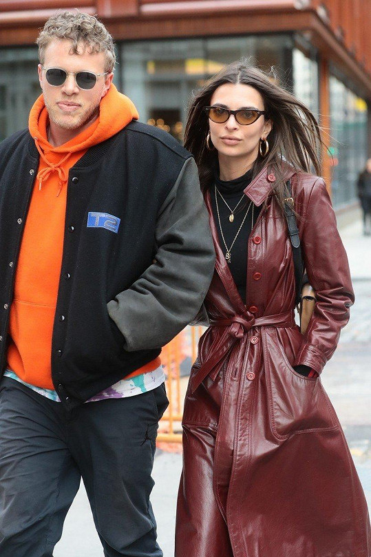 Emily Ratajkowski s manželem Sebastianem Bearem-McClardem. Ten na fotkách chybí.